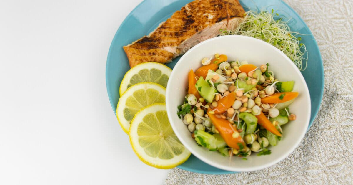 Silmusalaatti resepti - Loimulohifileetä, rouskuvia pikkelivihanneksia ja Parsakaali Silmusalaattia