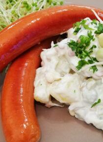 Rouskuvaa perunasalaattia ja nakkeja vappuun