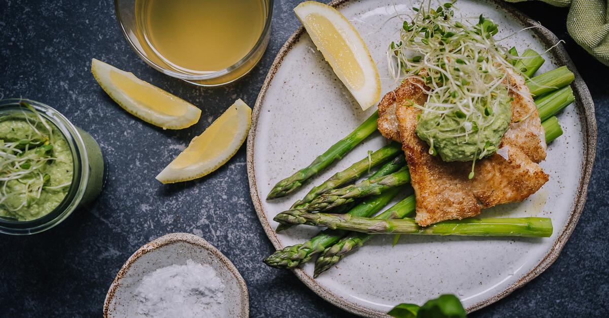 Silmusalaatti resepti - Keväistä kalaa Silmupeston ja parsan kanssa