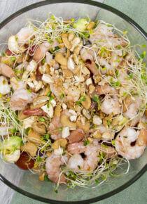 Runsas katkarapu-salaatti Silmusalaattipohjalla