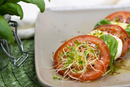 Silmusalaatti resepti - Tomaatti-Mozzarellasalaatti versoilla