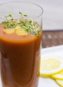 kylmä gazpacho -keitto lasissa