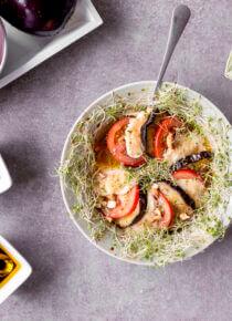 Munakoisoa, tomaattia, mozzarellaa ja Silmusalaattia vuokaruokana