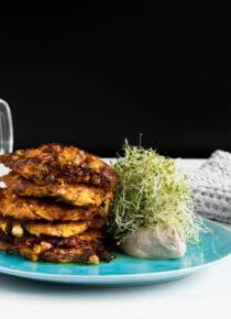 porkkanapihvit pinottuna lautaselle Alfalfa Silmusalaatin kera