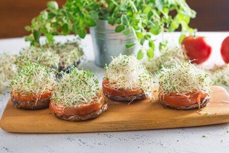 Silmusalaatti resepti - Täytetyt portobello-sienet versoilla
