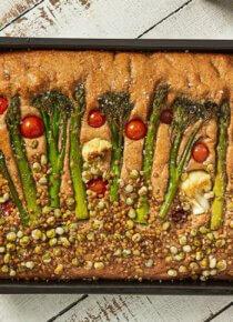 kukkafocaccia Rouskuvalla Silmusalaatilla koristeltuna uunivuossa