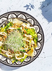 Grillattu sydänsalaatti-salaatti terassipöydällä