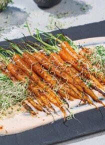 Grillatut porkkanat Shiracha-jogurttikastikkeessa
