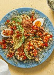 Lautasella salaattiannos, jossa pohjalla versoja, palasia grillikylkeä, kananmunan puolikkaita, varhaiskaalia, paprikaa ja Rouskuvaa Silmusalaattia
