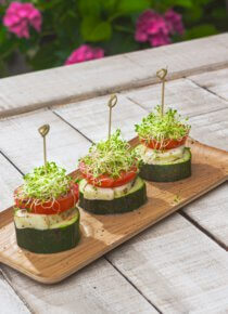 grillatut kasvistornit 3 kpl puisella tarjottimella terassipöydällä