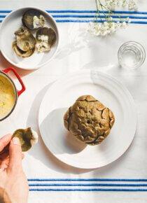 lautasella artisokka, vieressä kipossa silmu-aioli