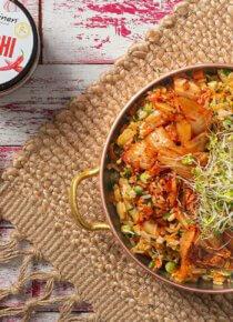 paistettu riisi kimchillä tarjoiluastiassa ja yläreunassa Rasilaisen kimchi-rasia